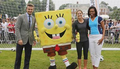 Όταν ο Mπόμπ Σφουγγαράκης συνάντησε τον David Beckham & την Michelle Obama!